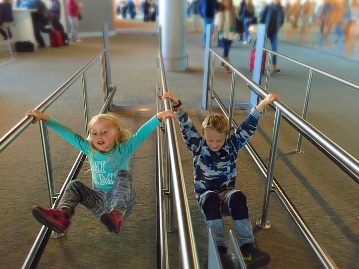 Ventetiden i lufthavnen føles aldrig særlig lang for de to her..